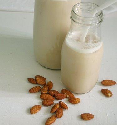 Susu yang diperbuat daripada almond. Biasanya digunakan sebagai pengganti susu tenusu.